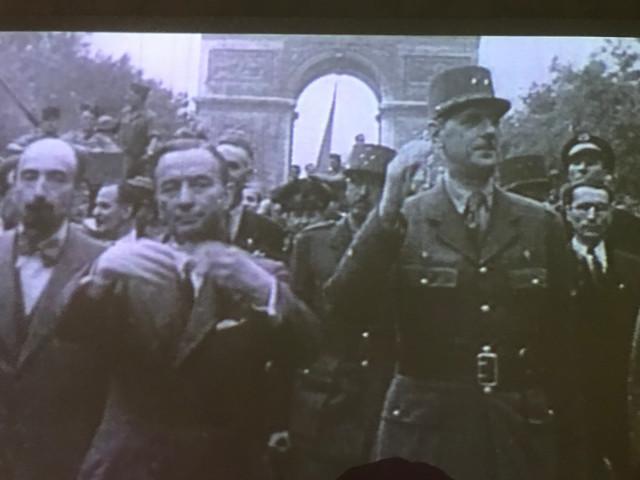 パリを解放してシャンゼリゼ通りで凱旋パレードを行うド・ゴール