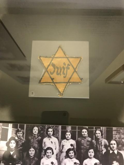 ドイツ占領下のユダヤ人は、黄色い星を旨につけることを義務付けられた