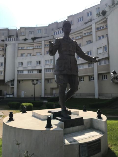 広場にあるド・ゴールの像