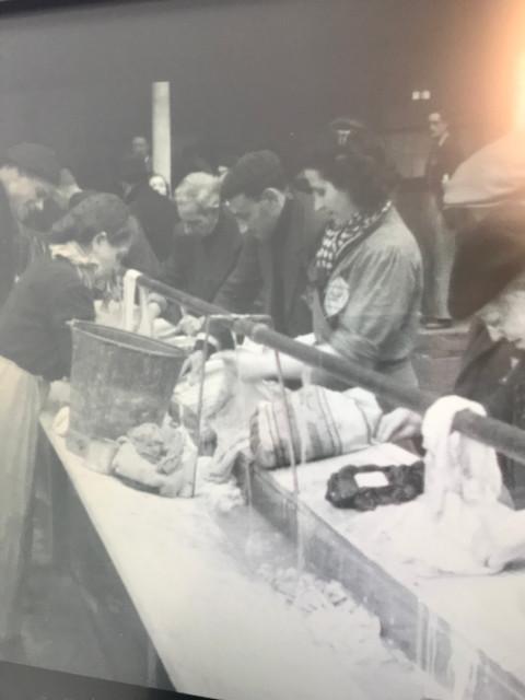 洗濯をする収容されたユダヤ人