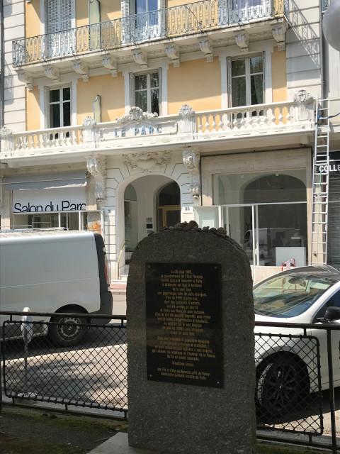 パルク館前にある碑