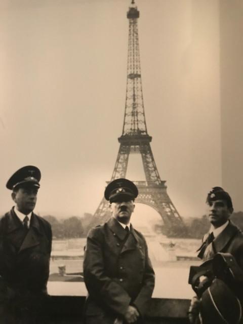 パリを手に入れて、エッフェル塔と記念撮影するヒトラー
