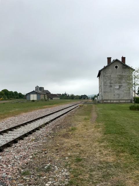 線路の左側に、島式ホームが2つあり5番線まであった