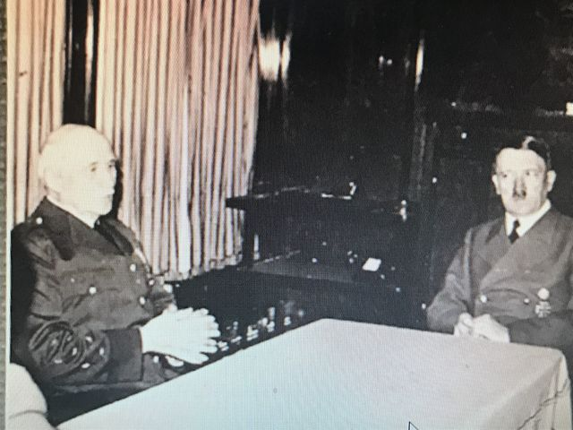 アメリカ号内で会談するペタンとヒトラー