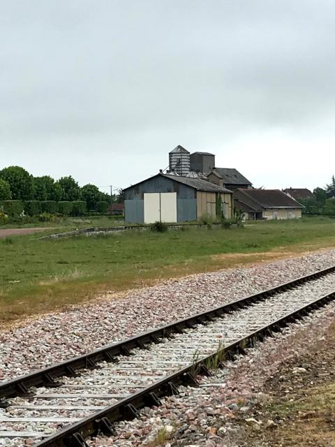 緑の芝生の部分に会談が行われたヒトラー専用車両が停まっていたと思われる。後方に見える駅舎は当時は貨物専用。