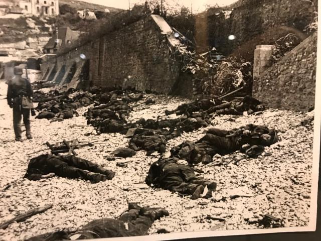 機銃掃射を浴びせられ海岸で戦死した連合軍の兵士たち