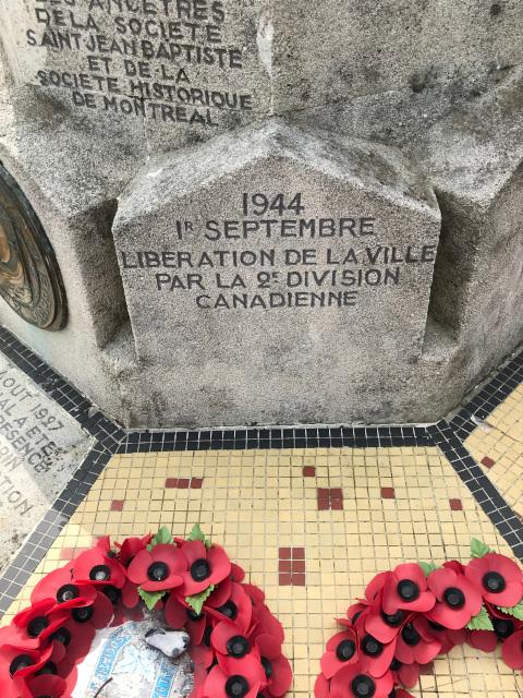 カナダ広場の碑には、カナダ軍によって解放されたことが記されている
