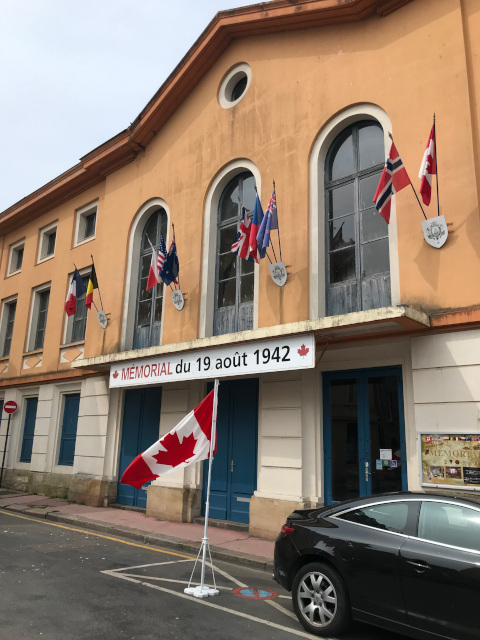 入口にはカナダ国旗が掲げられている1942年8月19日メモリアル