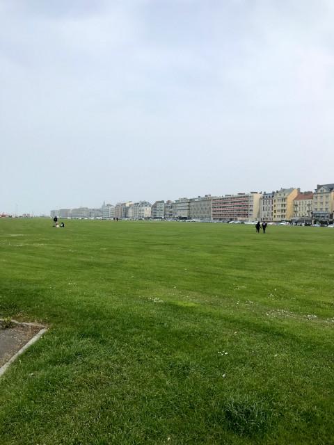 ホテルが並ぶ通りから、海岸までは遮断物がない