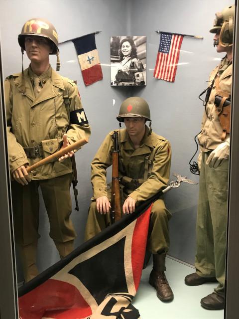 ナチスドイツの旗を引きずり下ろしたと思われるアメリカ軍の兵士
