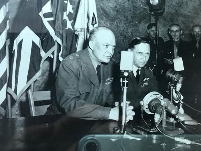 ヨーロッパ戦線が終結したことを発表するアイゼンハワー