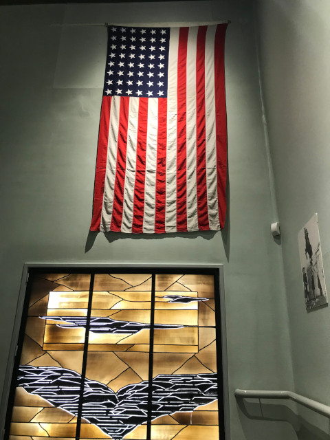 2階の展示室上がる階段にあるアメリカ国旗