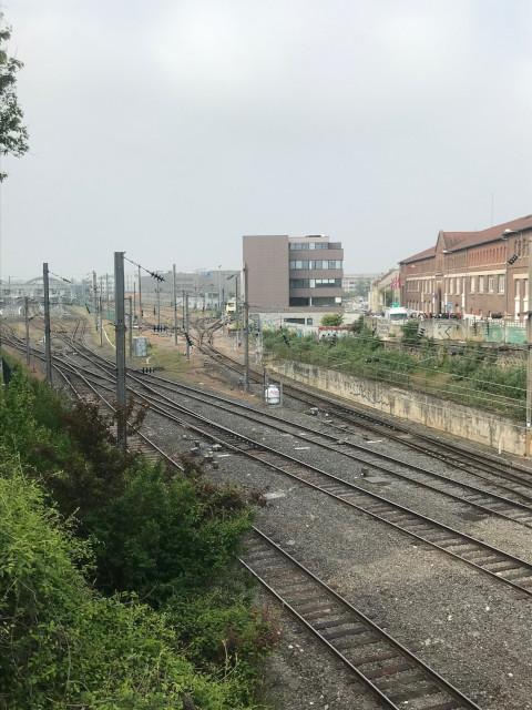駅方面から陸橋を渡ると右手に見えてくる