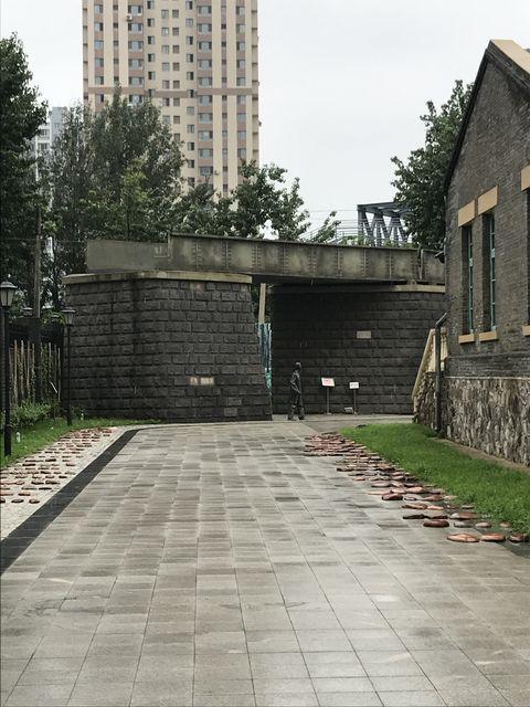 事件現場となった陸橋が再現されている