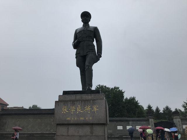 張氏帥府博物館の前にある張学良の銅像