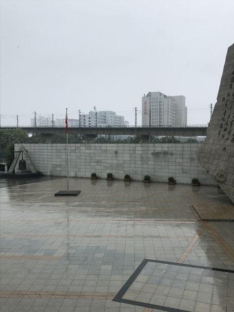 九・一八歴史博物館のすぐ後ろは現場となった線路が走る