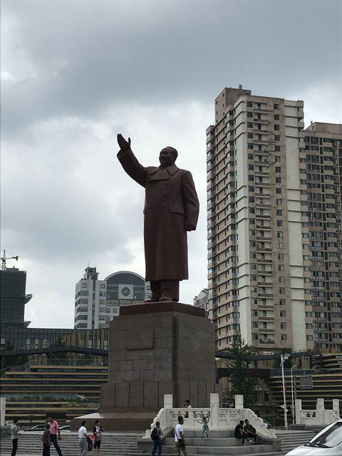 北朝鮮との国境の丹東駅前にある毛沢東の銅像