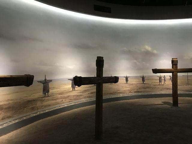 大地でマルタをつるした十字架が円状に建てられ、その中心部に細菌爆弾を投下する実験