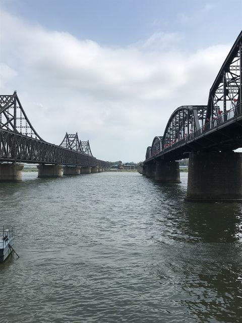 左が中朝友誼橋、右が鴨緑江断橋