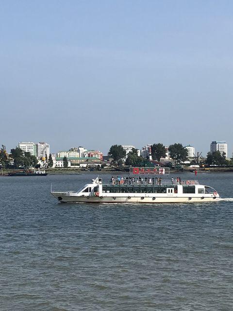 マンションやホテルらしき建物が見える新義州。丹東側から遊覧船ツアーもある
