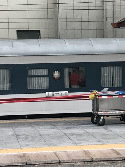 1番線に停車する平壌行きの客車