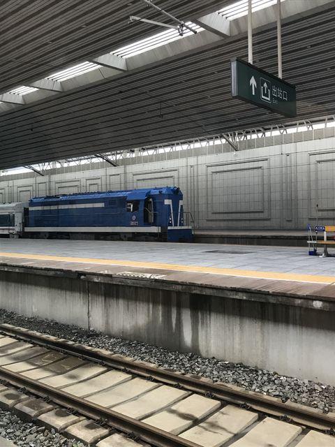 平壌に向けて発車した直後の引率する機関車