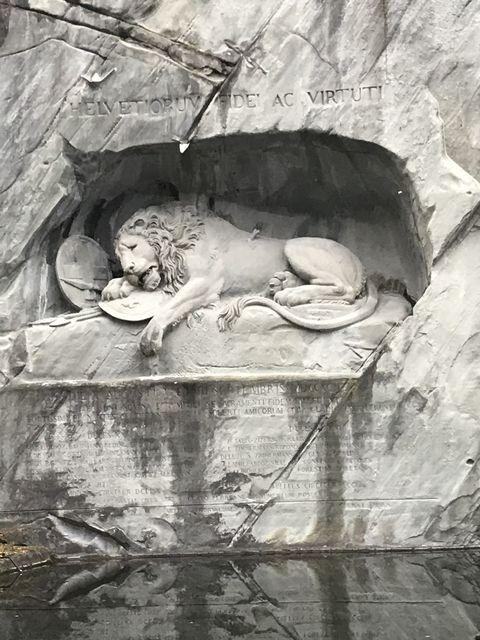 多くの観光客で賑わっているが、実際に見るとライオンの苦しそうな表情が切ない