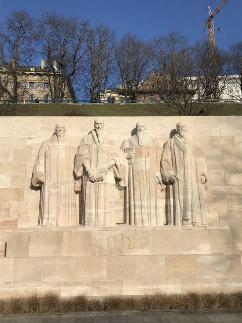 ジュネーブにある宗教改革記念碑。左から2番目がカルヴァン