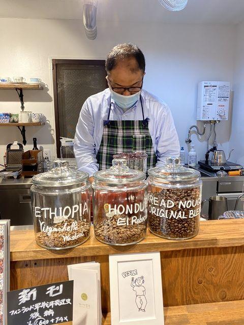 コーヒーをいれる鈴木オーナー